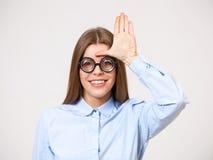 Ritratto dello studio di giovane donna divertente di affari in vetri del nerd immagine stock