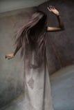 Ritratto dello studio di giovane signora anonima fotografie stock
