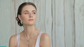 Ritratto di abbastanza, giovane donna con bello trucco e acconciatura elegante stock footage