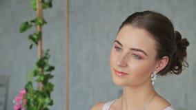 Ritratto di abbastanza, giovane donna con bello trucco e acconciatura elegante video d archivio