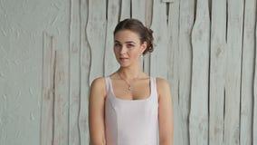 Ritratto di abbastanza, giovane donna con bello trucco e acconciatura elegante archivi video