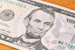 Ritratto di Abraham Lincoln sulla banconota da cinque dollari fotografie stock libere da diritti