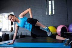 Ritratto di allungamento dell'atleta femminile Fotografie Stock Libere da Diritti