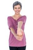 Ritratto di allungamento maturo felice della donna Fotografia Stock Libera da Diritti