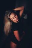Ritratto di allungamento seducente sexy della giovane donna Fotografia Stock Libera da Diritti