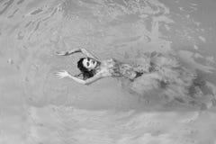 Ritratto di alta moda della donna elegante Donna abbastanza sexy nella piscina Immagini Stock