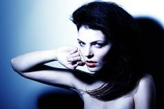 Ritratto di alto contrasto della ragazza sexy nel tono blu Fotografie Stock Libere da Diritti