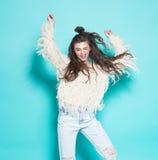 Ritratto di andare allegro della ragazza dei pantaloni a vita bassa di modo Fotografia Stock