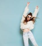 Ritratto di andare allegro della ragazza dei pantaloni a vita bassa di modo Fotografie Stock Libere da Diritti