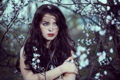 Ritratto di Art Fashion Spring Model Girl nella foresta di notte Fotografia Stock