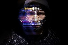 Ritratto di arte di un uomo incappucciato con i grandi cristalli di rocca sul suo fronte Aspetto mistico misterioso di un uomo I  fotografia stock