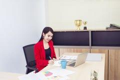 Ritratto di bei 20-30 anni Giovane donna di affari in vestito rosso immagine stock