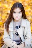 Ritratto di bella bambina castana, aria aperta del parco di autunno fotografie stock libere da diritti