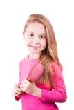 Ritratto di bella bambina che spazzola i suoi capelli lunghi. Concetto di cura di capelli. fotografia stock libera da diritti