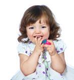 Ritratto di bella bambina che tiene le uova di Pasqua su un whi Immagini Stock Libere da Diritti