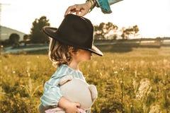 Ritratto di bella bambina con un cappello Immagini divertenti dei bambini fotografia stock libera da diritti
