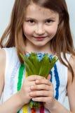 Ritratto di bella bambina con un mazzo dei fiori Fotografie Stock Libere da Diritti