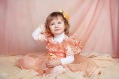 Ritratto di bella bambina divertente che si rilassa a casa Fotografie Stock Libere da Diritti