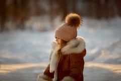 Ritratto di bella bambina in pelliccia alla foresta di inverno fotografia stock