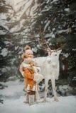Ritratto di bella bambina in pelliccia alla foresta di inverno immagini stock