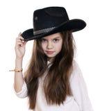 Ritratto di bella bambina in un cappello da cowboy nero Fotografie Stock