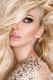 Ritratto di bella bionda con gli occhi di stupore, capelli lunghi densi con i punti culminanti Fotografia Stock