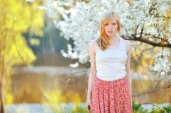 Ritratto di bella donna in albero di fioritura in primavera Fotografia Stock Libera da Diritti