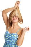 Ritratto di bella donna allegra che mostra i capelli lunghi sani Immagine Stock