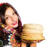 Ritratto di bella donna allegra con i pancake Immagine Stock