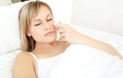 Ritratto di bella donna ammalata che si trova su una base Fotografie Stock Libere da Diritti