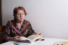 Ritratto di bella donna anziana nella casa immagini stock libere da diritti