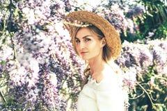 Ritratto di bella donna bionda caucasica, retro stile europeo immagini stock libere da diritti