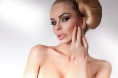 Ritratto di bella donna bionda molto con gli occhi verdi delle labbra dolci in un'acconciatura sensuale Immagini Stock