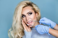 Ritratto di bella, donna bionda sexy, con il fronte perfetto, i bei capelli ed i denti perfetti e bianchi Immagini Stock Libere da Diritti