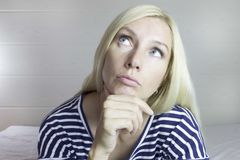 Ritratto di bella donna bionda sveglia premurosa emozionale, fondo grigio chiaro Signora facciale di Expressions fotografia stock libera da diritti