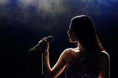 Ritratto di bella donna di canto su fondo scuro fotografia stock libera da diritti
