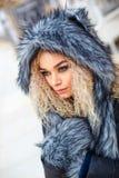 Ritratto di bella donna in cappello del lupo grigio, immagini stock