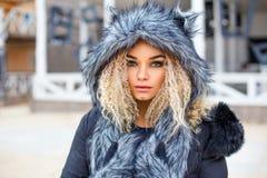 Ritratto di bella donna in cappello del lupo grigio, immagini stock libere da diritti