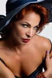 Ritratto di bella donna in cappello su fondo leggero Capelli rossi Immagini Stock Libere da Diritti