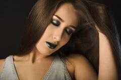Ritratto di bella donna castana con alta moda mA luminoso Fotografia Stock