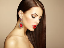 Ritratto di bella donna castana con l'orecchino. Makeu perfetto Fotografia Stock Libera da Diritti
