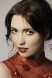 Ritratto di bella donna castana nel rosso Fotografie Stock Libere da Diritti