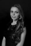 Ritratto di bella donna castana su fondo nero nero Fotografia Stock Libera da Diritti