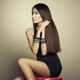 Ritratto di bella donna castana in vestito nero Immagine Stock