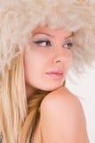 Ritratto di bella donna caucasica in cappello simile a pelliccia Fotografie Stock