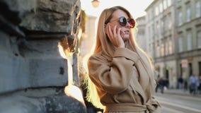 Ritratto di bella donna caucasica d'avanguardia che parla sullo smartphone, godente dello stile di vita urbano della città Rivolg stock footage