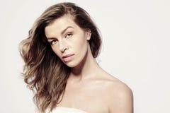 Ritratto di bella donna caucasica, di pelle pulita e del fronte con trucco Fotografia Stock