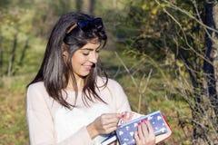 Ritratto di bella donna che conta i soldi in suo portafoglio Fotografie Stock