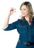 Ritratto di bella donna che gesturing piccolo bit Fotografie Stock Libere da Diritti