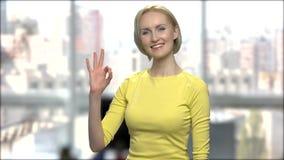 Ritratto di bella donna che mostra segno giusto stock footage
